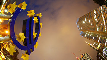 Знак евро возле штаб-квартиры Европейского центрального банка во Франкфурте