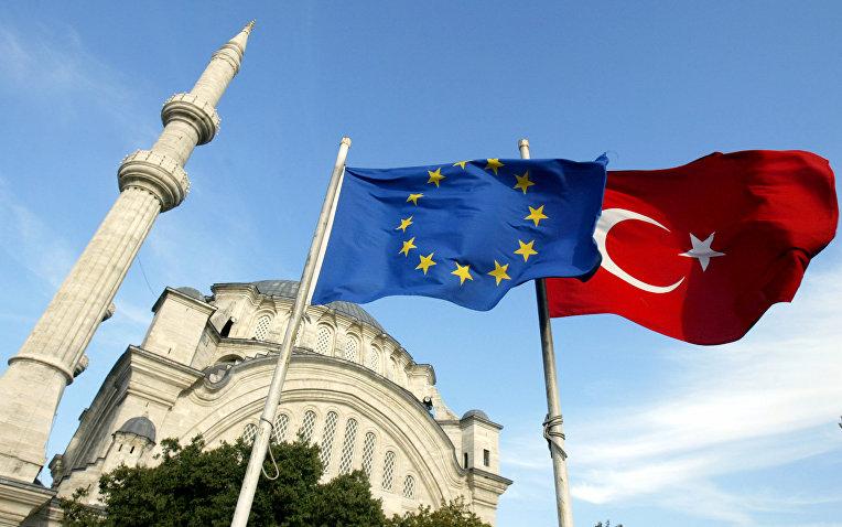 Флаги Турции и ЕС в Стамбуле