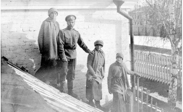 Николай II с дочерьми Ольгой, Анастасией и Татьяной (Тобольск, зима 1917 года)