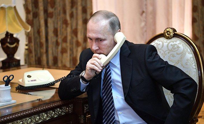 Президент РФ Владимир Путин телефонного во время телефонного разговора