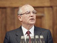 Михаил Горбачев во время визита в Югославию