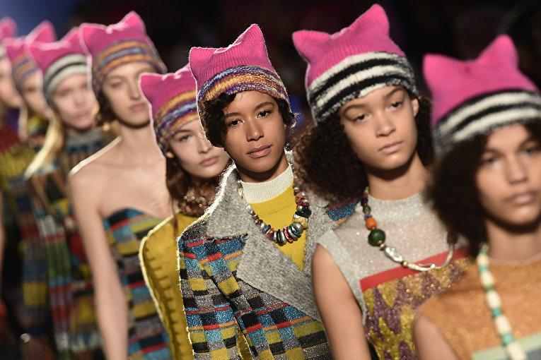 Модели на показе осень/зима 2017 на неделе моды в Милане
