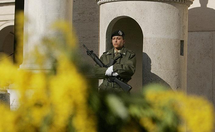 Итальянская военнослужащая на посту