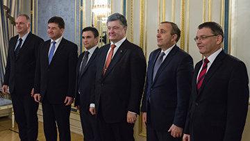 Президент Украины Петр Порошенко во время встречи в Киеве с министрами иностранных дел стран Вышеградской четверки