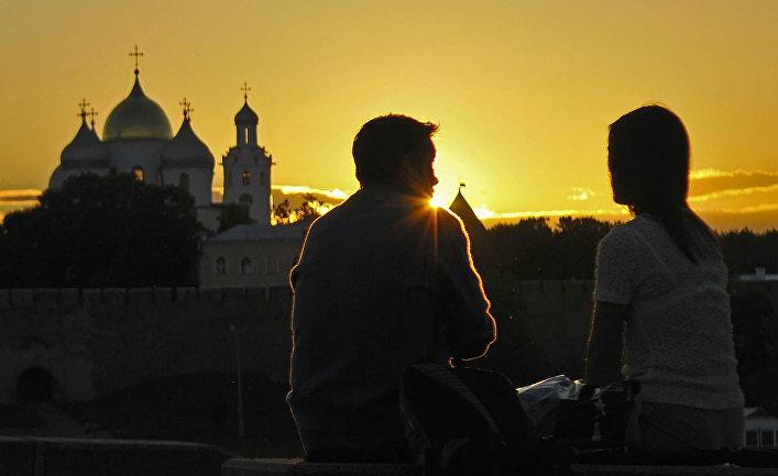 Влюбленные на фоне Софийского собора