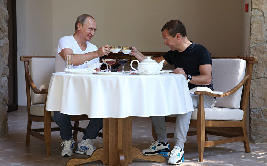 """Владимир Путин и Дмитрий Медведев пьют чай в резиденции """"Бочаров ручей"""" в Сочи"""