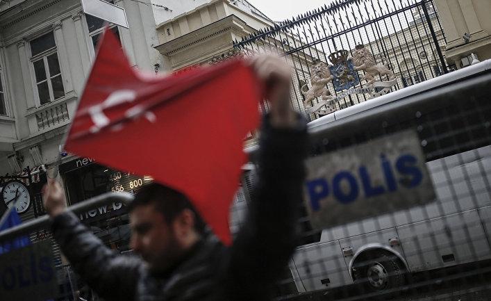 Акция протеста возле голландского консульства в Стамбуле