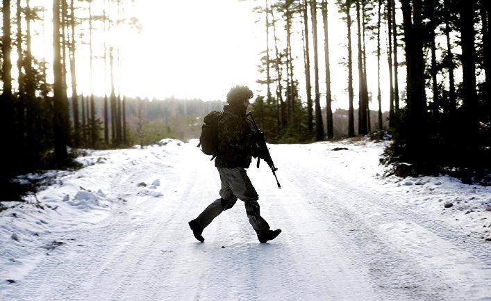 Эстонский солдат вблизи военной базы в Тапа