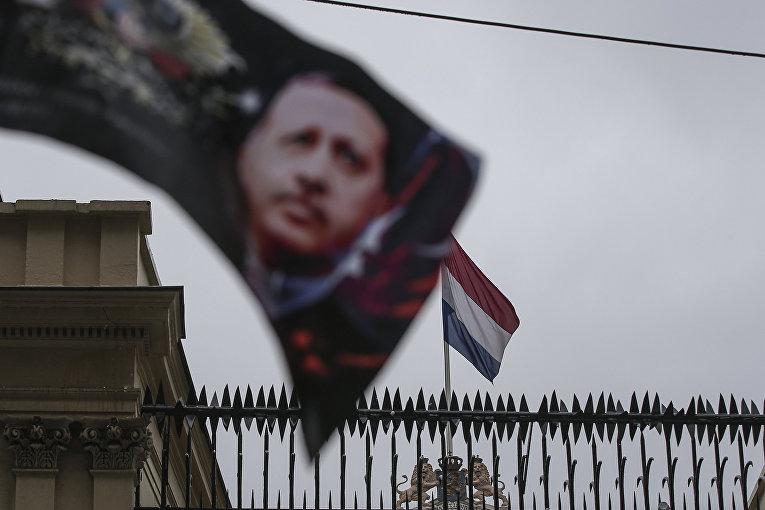 Флаг с изображением президента Турции Реджепа Тайипа Эрдогана возле голландского консульства в Стамбуле