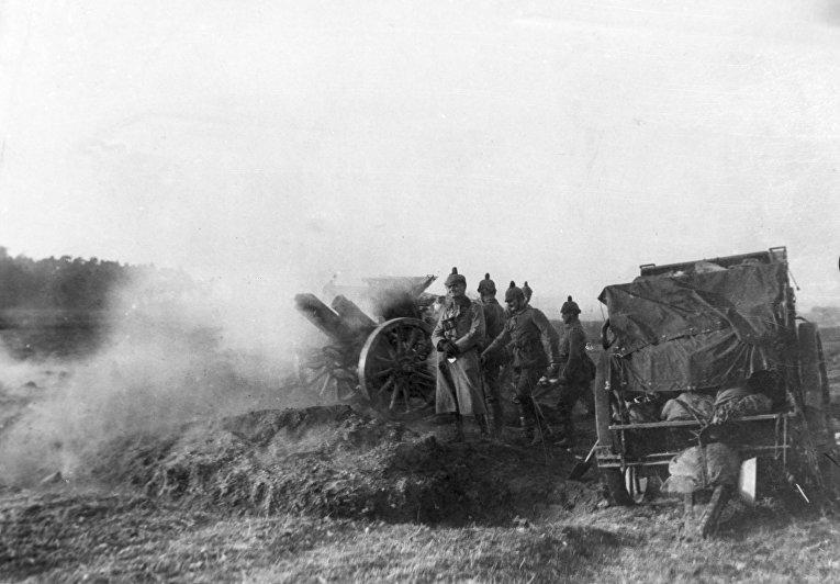 Немецкие солдаты используют тяжелую артилерию в Польше