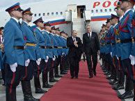 Президент России Владимир Путин и президент Сербии Томислав Николич в аэропорту Белграда