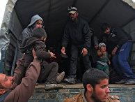 Вынужденные покинуть дома жители западного Мосула эвакуируются
