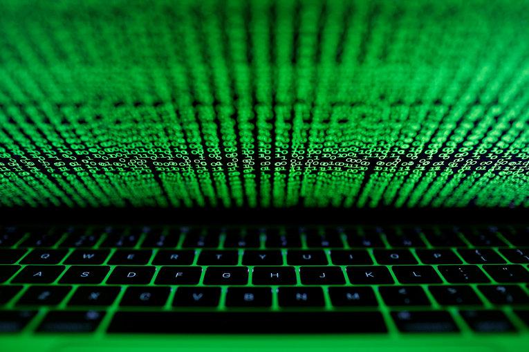 Компьютерный код на экране компьютера