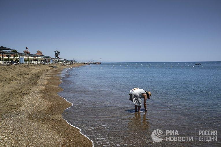 Женщина на одном из пляжей в Анталье