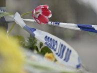 Цветы на месте теракта в Вестминстере в Лондоне