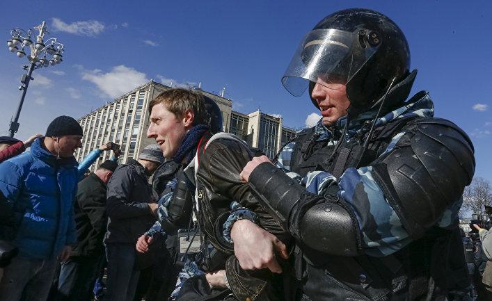 Сотрудники правоохранительных органов проводят задержания во время митинга в Москве