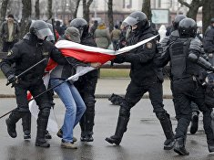 ОМОН проводит задержание участника митинга в Минске