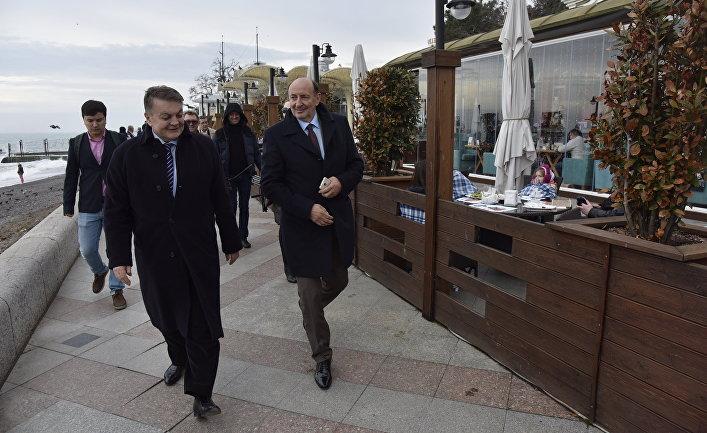 Депутат парламента Сербии Милован Боич (слева) во время посещения Крыма. 20 марта 2017
