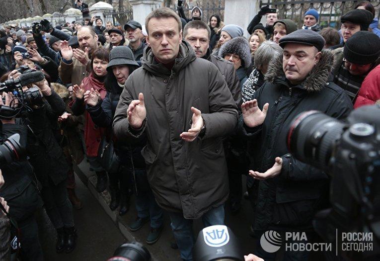 Политик Алексей Навальный у здания Замоскворецкого суда Москвы