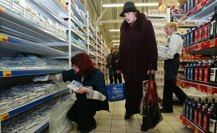 Посетители продуктового магазина в Латвии