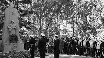 """Возложение венка к памятнику советским солдатам """"Norge takker dere"""" на кладбище Вестре-Гравлюнд в норвежском городе Осло"""