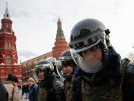 Полицейское оцепление на Манежной площади в Москве