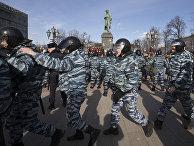 Полицейское оцепление на Пушкинской площади во время митинга в Москве