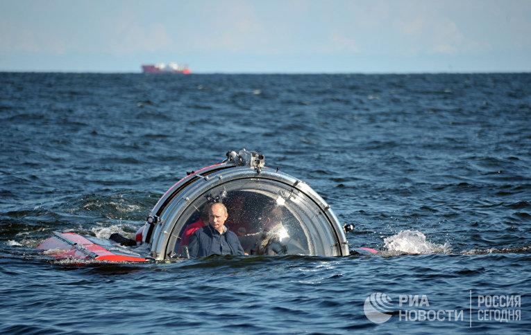 Президент России Владимир Путин после погружения на подводном аппарате «Си-эксплорер-5»
