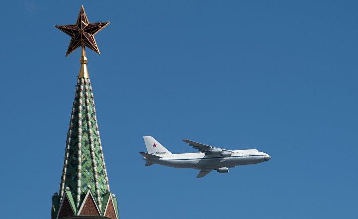 Самолет АН-124-100 «Руслан» во время репетиции воздушной части военного парада в Москве