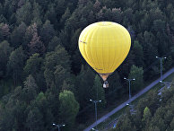 Тепловой аэростат выполняет демонстрационный полет в рамках фестиваля воздухоплавания «Земля на ладони» над Каменск-Уральском.
