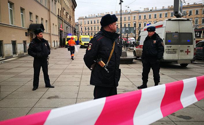 Сотрудники полиции у станции метро «Технологический институт» в Санкт-Петербурге