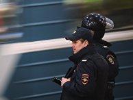 Сотрудники полиции на станции московского метро