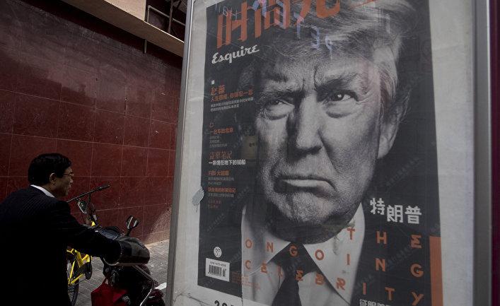 Реклама китайской газеты с портретом президента США Дональда Трампа в Шанхае