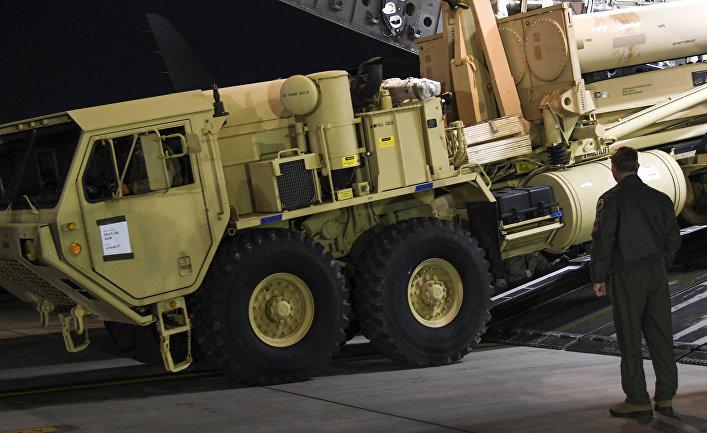 Грузовик с пусковыми установками американских ракетных комплексов THAAD на авиабазе в Южной Корее