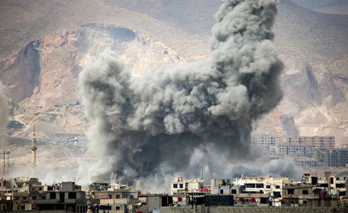 Дым после авиаудара ВВС Сирии на востоке Дамаска. 20 марта 2017
