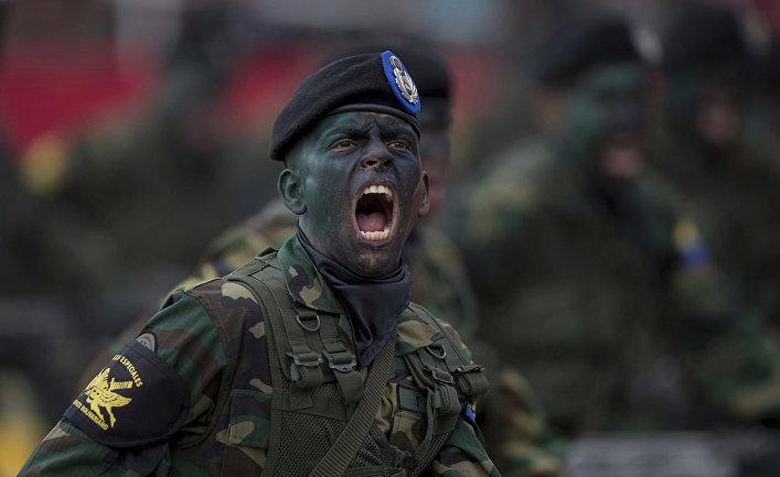 Солдаты во время военного парада в Каракасе