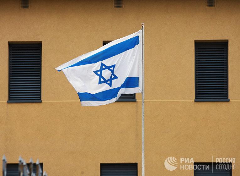 Израильский флаг у посольства Израиля в Москве