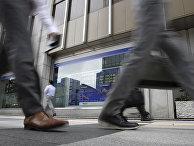 Табло с информацией о рынке ценных бумаг в Токио