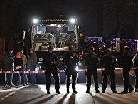 Полицейские у автобуса футбольного клуба «Боруссия» Дортмунд после взрыва перед матчем Лиги чемпионов. 11 апреля 2017