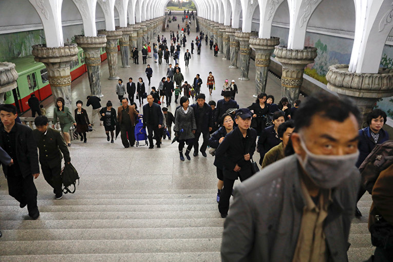 Пассажиры метро на платформе станции