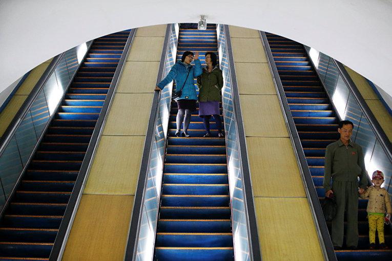 Пассажиры на эскалаторе метрополитена