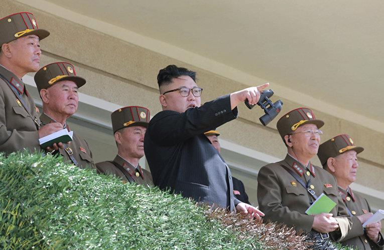 Северокорейский лидер Ким Чен Ын во время строевых учений