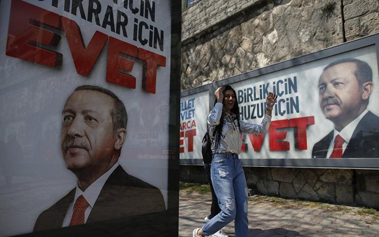 Портреты президента Турции Реджепа Тайипа Эрдогана на улицах Стамбула за несколько дней до начала референдума по изменению конституции. 14 апреля 2017 года
