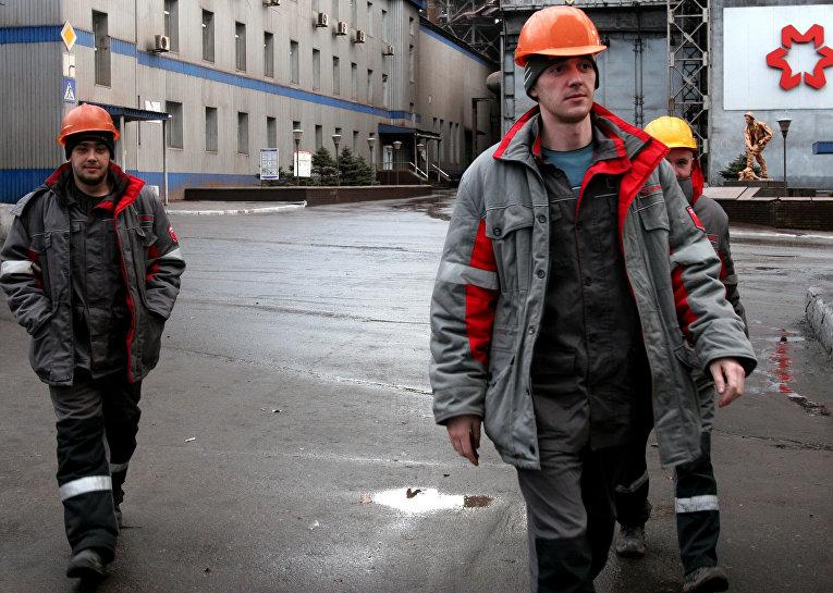 Рабочие на территории Енакиевского металлургического завода