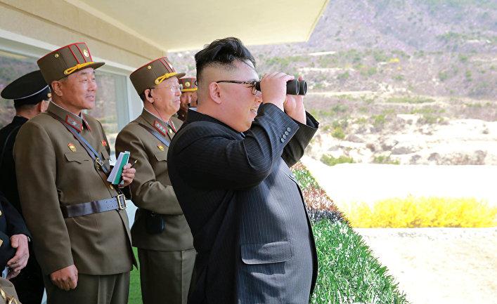 Лидер Северной Кореи Ким Чен Ын следит за тренировкой военнослужащих Корейской Народной Армии. 13 апреля 2017 года