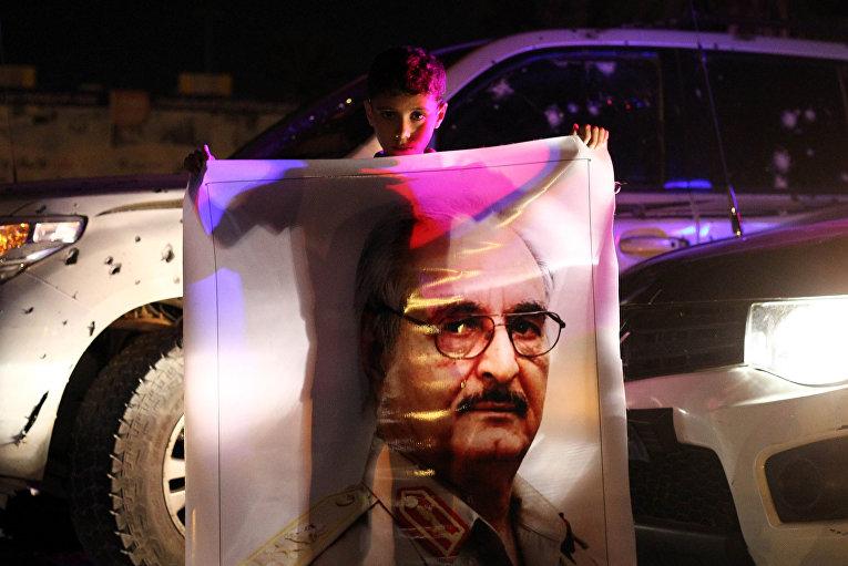 Ливийский мальчик с портретом Халифы Хафтара