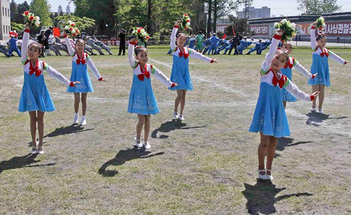 Северокорейские дети принимают участие в торжествах в Пхеньяне, посвященных Дню труда