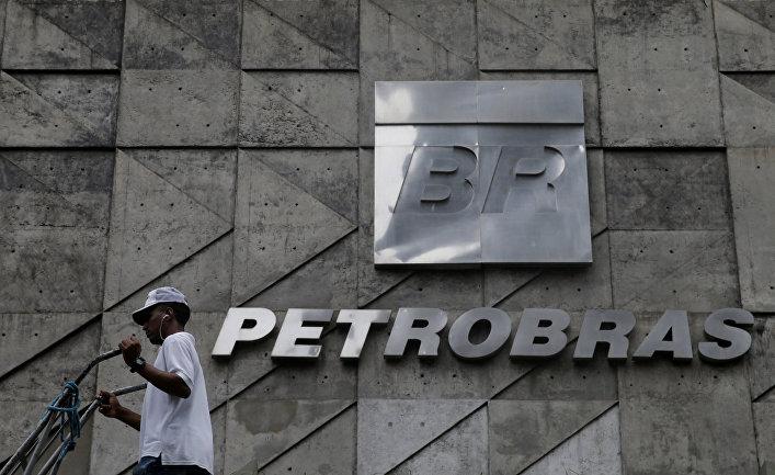 Логотип Petrobras в штаб-квартире нефтяной компании в Рио-де-Жанейро