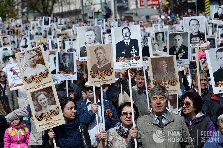 Участники марша «Бессмертный полк» во Владивостоке