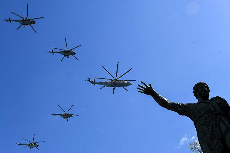 Российские вертолеты Ми-8 и Ми-26 пролетают над Красной площадью
